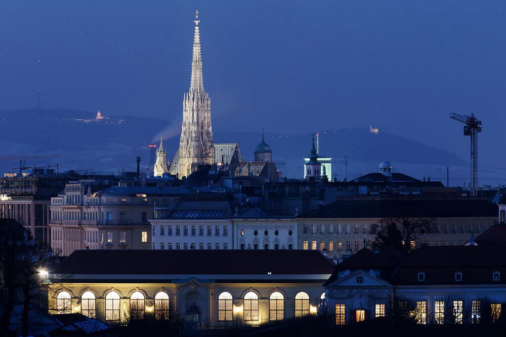 Stephansdom-Blaue-Stunde-Blick-vom-Schloss-Belvedere